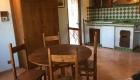 Soggiorno con angolo cottura per uno degli appartamenti della Tenuta Merlano a Sacrofano